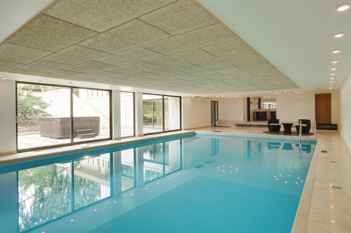 hus med indendørs pool